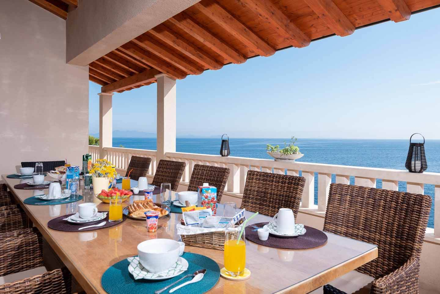 Al fresco dining sea view