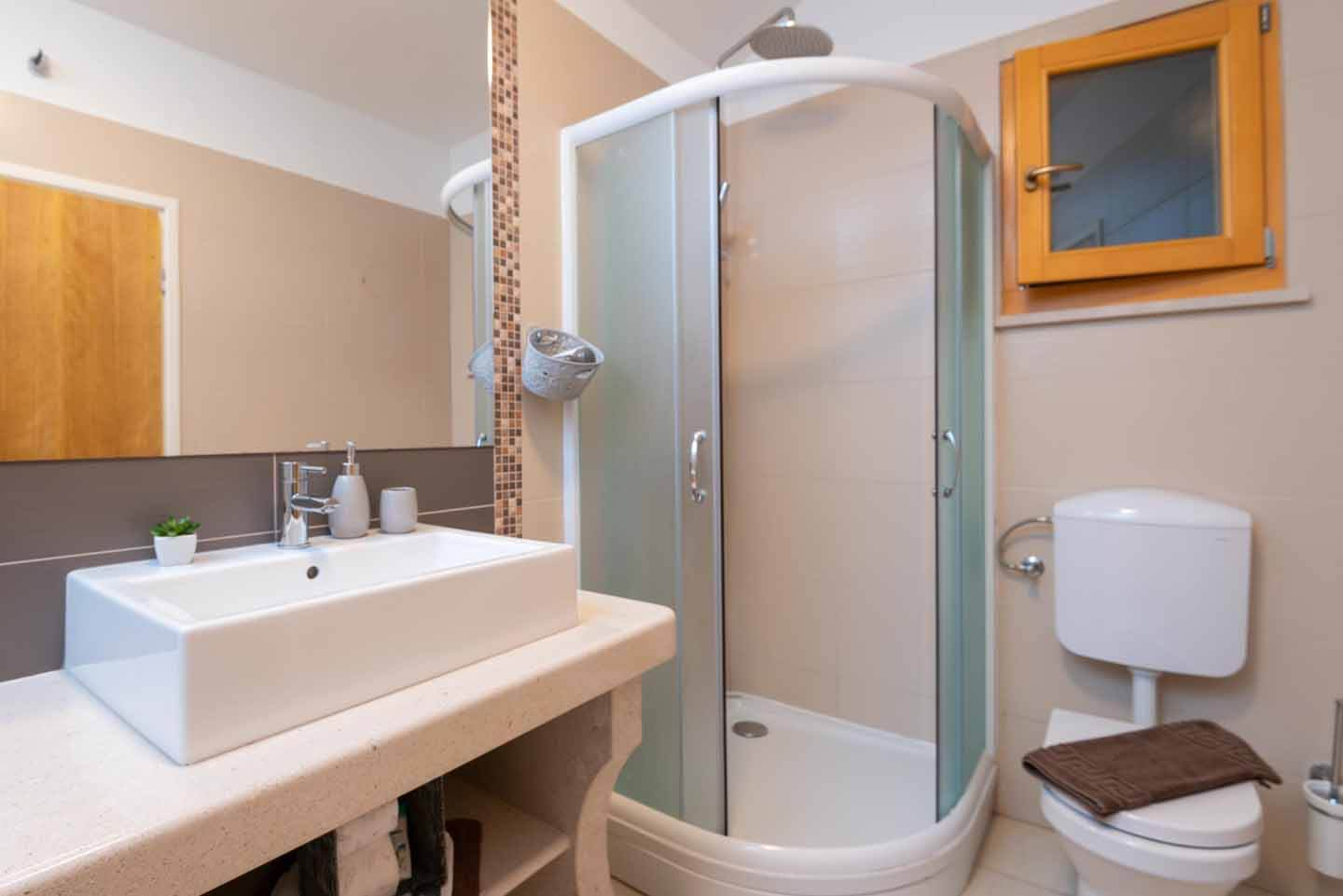 Twin bedroom with ensuite shower room